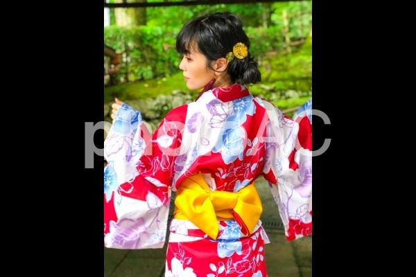 後ろ姿の花柄の浴衣を着た女性の写真