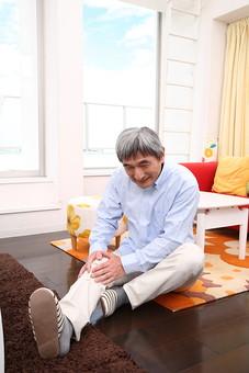 シニア 老人 おじいちゃん 中年 おじいさん 男性 白髪 ひざ 膝 神経痛 リウマチ リューマチ 障害 苦痛 悩み 関節炎 病気 足 高齢者 加齢 日常 生活 痛み 人物 日本人 60代 生活 暮らし mdjm013