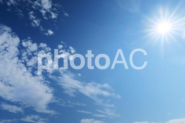 夏の太陽光の紫外線と青空と雲の写真