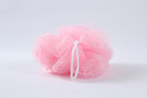 お手入れ お手入れグッズ お風呂 風呂 銭湯 お風呂用品 お風呂グッズ 美 美容 美容グッズ 清潔 汚れ 落とす 白背景 影 接写 アップ スポンジ 磨く 洗う こする ピンク色 白色 1つ 1個 影 ヒモ 紐 ひも 泡立て