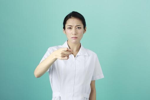人物 女性 日本人 20代 30代   仕事 職業 医療 病院 看護師  ナース 医者 医師 女医 薬剤師  白衣 看護 屋内 スタジオ撮影 背景  グリーンバック おすすめ ポーズ 上半身 正面 指さす 指差し 指摘 注意 叱る mdjf010