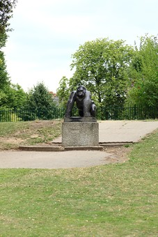 England United Kingdom UK London 倫敦 英国 異国 イギリス ロンドン 世界都市 海外 外国 植物 樹木 木々 緑 茂る 生い茂る 石碑 石 石造り ゴリラ さる サル 猿  銅像 目印 建造物 広場 公園 観光 風景