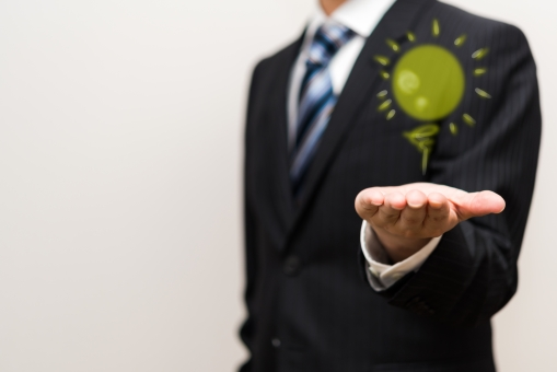 アイデア ビジネスマン ネクタイ 思いつき ひらめき 企業 チャンス 仕事 会社員 プレゼンテーション 思考 株式会社 考え 成功 イラスト 白バック コピースペース 男性 清潔 光る ライト