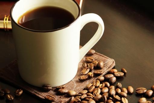 珈琲 コーヒー カフェ ブラウン テクスチャ マメ カフェイン 焙煎 濃い コーヒー豆 珈琲豆 焙煎豆 リラックス リラクゼーション 落ち着く 安堵 安心 香り立つ コーヒーアロマ ブレンド コーヒータイム コーヒーブレイク 癒し ブラックコーヒー 飲み物 嗜好品 デスク 机 テーブル ドリンク ホットドリンク ティータイム マグカップ カップ 休息 休憩 コーヒーカップ クローズアップ 茶 こげ茶 秋 温まる 茶色 コピースペース テキストスペース