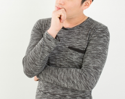 男 男性 会社員 社会人 若い 人物 日本人 20代 白バック 悩む ライフスタイル 屋内 ポーズ ポートレート 迷う カジュアル 私服 手 上半身 ヘアスタイル 表情 ジェスチャー 困る わからない 悩み 働く 黒髪 コピースペース 白 考える 人 グレー 手のポーズ 疑問 顔 アイデア 東洋人 アジア人 モデル 普段着 ハテナ 質問 ? 不明 はてな 考案 分からない 意味不明