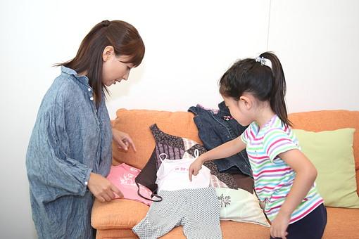 親子 母 お母さん 子供 こども 子ども 部屋 幼児 幼稚園児 娘 女 女性 洋服 服選び 女の子 人物 日本人 ファッション コーディネート 相談 会話 コミュニケーション 選ぶ おしゃれ お洒落 家庭 生活 暮らし ライフスタイル mdfk003 mdjf029