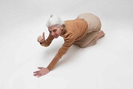 人物 女性 外国人 外人 外国人女性  外人女性 高齢者 老人 年配 シニア  シルバー モデル 60代 70代 白髪  ポーズ 屋内 スタジオ撮影 白バック 白背景 伏せる 起き上がる ハンドサイン 仕草 ジェスチャー 合図 サムズアップ 大丈夫 アウト 俯瞰 全身 mdfs004
