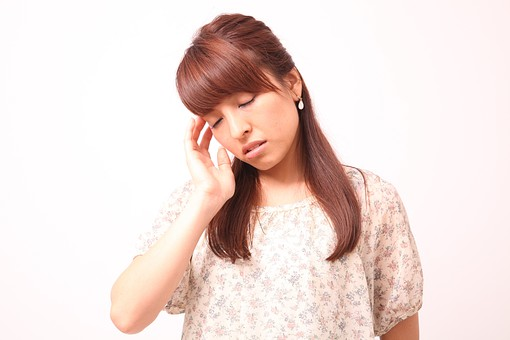 人 人間 人物 人物写真 ポートレート ポートレイト 女性 女 女の人 若い女性 女子 レディー 日本人 茶髪 ブラウンヘア セミロングヘア  白色 白背景 白バック ホワイトバック  手 指 ポーズ ショック 肘を曲げる 額に手 頭痛 頭が痛い 目をつぶる 目をつむる 俯く ふらつく めまい 目を閉じる 閉じる mdfj012