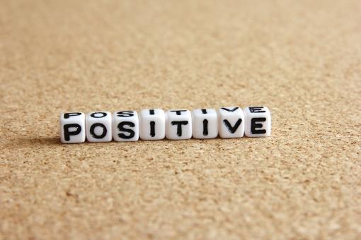 ポジティブ ポジティヴ 前向き 積極的 気持ち 性格 姿勢 人生 生き方 考え方 プラス思考 + 明るい 落ち込まない 悩まない 前を向く 諦めない 気にしない 楽観的 楽天的 楽しい 言葉 心 背景 素材 背景素材 壁紙 態度 シンキング 思考