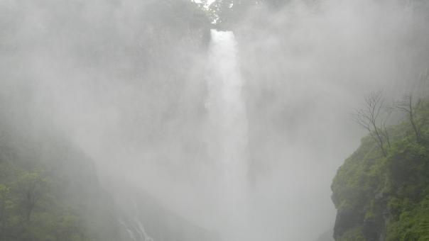 華厳の滝 滝 滝の水蒸気 流れの激しい滝 水量の多い滝 台風後の滝