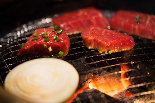 肉 にく ニク 生肉 なまにく 牛肉 牛 和牛 輸入牛 ビーフ 具材 食材 調理 料理 食べ物 食品 おかず スライス 焼き肉 蛋白質 たんぱく質 食事 野菜 たまねぎ 玉葱 タマネギ グリル 網 火 炎