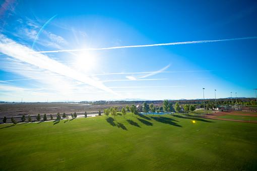 自然 空 青空 青 晴天 天気 晴れ 白 雲 飛行機雲 グラデーション コントラスト 鮮やか 高い 広い 広大 壮大 雄大 光 太陽 太陽光 日光 陽射し 土 地面 木 樹木 植物 葉 葉っぱ 芝生 草原 無人 風景 景色 アメリカ 外国
