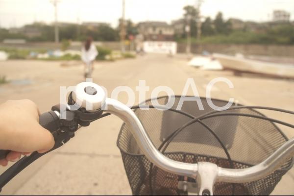 田舎で自転車を漕ぐの写真