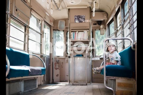 都電荒川線の展示車両内で遊ぶ子供の写真