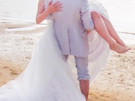 ウェディング ウェディングドレス タキシード ビーチ お姫様 幸せ 結婚式 ハネムーン ハッピー 明るい 力強い 男性 女性 抱っこ 砂浜 海 ホワイト 海外 ハワイ 未来 希望 純白 ふたり 持ち上げる 裸足 輝く ブライダル 夫婦 花嫁 カップル atohs パワフル