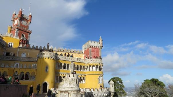 黄色 赤 青 青空 カラフル 可愛い キュート 絵本 歴史 古い 観光 観光地 旅行 旅 シントラ ポルトガル ペーナ宮殿 ペーナ 宮殿