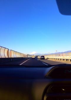 富士山 富士 遠く 高速道路 首都高 車 車内 運転 運転席 助手席 晴れ 快晴 青空 空 冬空 雪 雲一つない空 ドライブ 旅行 ダッシュボード 楽しみ わくわく 春 秋 夏 雪化粧 青 自然 風景 背景 コピースペース 走る スピード 道路 道 センターライン 自動車 走る車 山 山々 山脈 景色 眺め 向かう 目的地 旅 トラック 軽トラ 追う 後続車 晴々 清々しい
