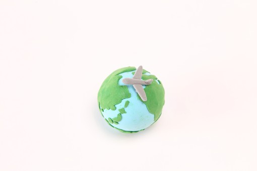クレイアート 日本 地図 map マップ 粘土 立体 立体イラスト クラフト 日本列島  緑色 緑 水色 世界 世界地図 地球 地球儀 白バック 白背景 飛行機 乗り物 ジェット機 旅客機 飛行 列島 海