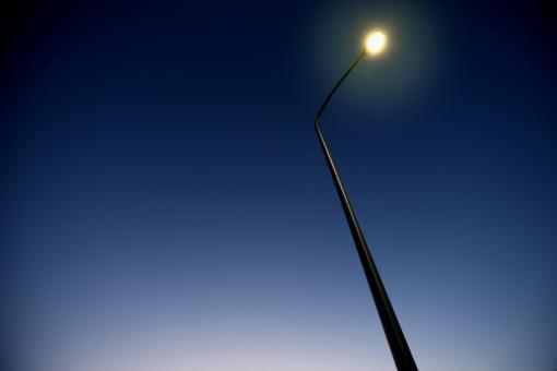 自然・風景 建造物 街灯 夜空 日暮れ 灯り 照らす 街の灯 夕暮れ時 ブルーバック 安全に 滲む街の灯 静寂 待ち受け画面 ポストカード コピースペース 背景 野外アウトドア 安心感 気をつけて 暗い道を照らす 目印 導く 夜道を照らして 犯罪防止 家路に急ぐ 家に帰ろう バックグランド