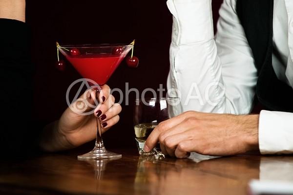 お酒を飲む男女2の写真