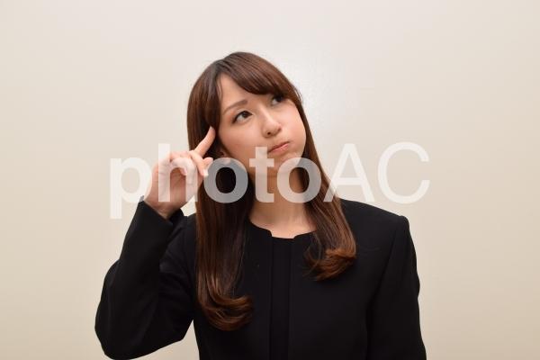 葬式マナーについて悩む女性の写真