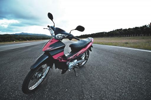 フィリピン 海外 外国 異国 バタネス州 バタン島 バスコ 空港 滑走路 道路 道 ロード バイク オートバイ モーターサイクル モーターバイク 単車 空 雲 山 木立 緑 自然 景色 風景 休日 休暇 余暇 旅行 観光