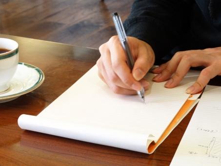 ビジネスマン サラリーマン 会社員 書類 契約書 誓約書 ドキュメント 業務 事務 サイン 署名 ペン 書く 記入 ボールペン 筆記用具 ノート メモ帳 レポート用紙 コーヒー テーブル 机 自習 勉強 喫茶店 カフェ 学生 提出