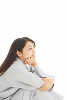 人物 日本人 女性 女の子 20代  モデル かわいい 美人 ロングヘア 作業服  作業着 スタジオ撮影 白バック 白背景 仕事  技術職 ガテン系 作業員 座る 体育座り 体操座り 頬杖 考える 考え事 ぼんやり 横向き 横顔 mdjf019