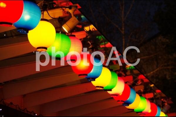 色とりどりの提灯の写真