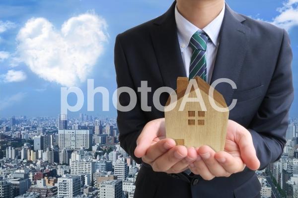 ビジネスマンとハート雲と家の写真