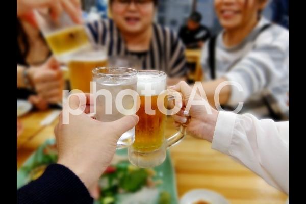 飲み会で友達と乾杯の写真