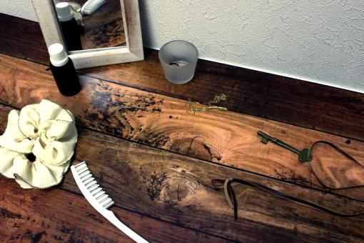くし シュシュ 束ねる 結う 結ぶ 女性 ガーリー 部屋 鏡 アンティーク くすむ フローリング 木目 木材 鍵 カギ 指輪 ネックレス アクセサリー ブラシ 壁 レトロ 紐 ひも 板 ボード 木 オイル 瓶 ガラス 器 準備 朝 外出