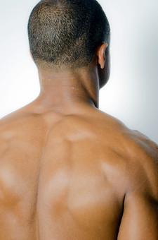 筋肉 マッスル ボディビルダー ボディ 体 人間 人体 男性 男 漢 強い 屈強 頑丈 スポーツ 筋力 筋トレ ボクシング ボクサー トレーニング スポーツジム アスリート ストイック ビルドアップ 憧れ ダイエット ムキムキ 背中 後姿 背筋 頭