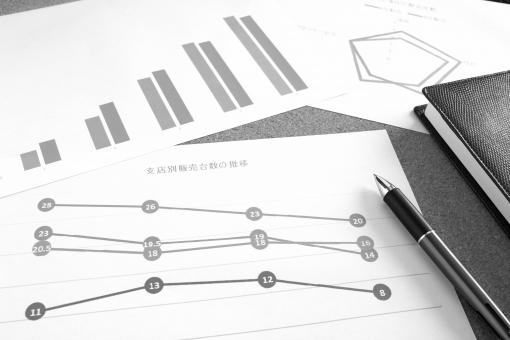 グラフ資料 ビジネス 書類 打ち合わせ ミーティング 会議 オフィス デスク 営業会議 経営戦略 企画立案 データ分析 セグメント 売上推移 製品比較 商品 販売企画 他社 競合 競争相手 ライバル会社 新製品開発 設計図 プラン スケジュール 背景素材 壁紙 イメージ ソリューション グラフ表示