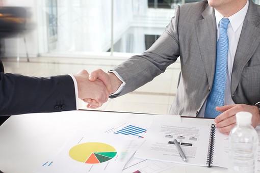 ビジネス 仕事 ビジネスマン 会社 会社員 グローバル インターナショナル 外国人 白人 男性 シャツ ネクタイ スーツ 屋内 室内 オフィス 会議室 ミーティングルーム 窓 打ち合わせ 会議 ミーティング 話し合い 2人 二人 チーム 仲間 ビジネスチーム プロジェクトチーム 資料 プリント グラフ 図 統計 握手 握手する シェイクハンズ シェイクハンド 手元