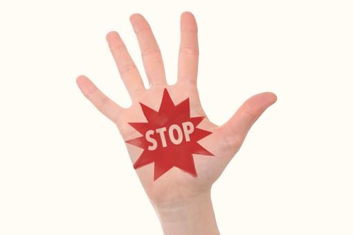 人 手 手のひら 掌 文字 英語 英字 ストップ STOP 禁止 犯罪 違法 注意 防ぐ 阻止 マーク 駄目 だめ NG 防犯 素材 白バック 白背景 サイン 合図