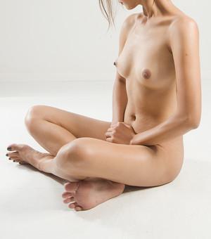 人物 女性 ヌード 裸 体 ボディ 全身 全裸 エステ 美容 健康 ダイエット シェイプアップ ボディケア 肌 プロポーション 理想 セクシー 美しさ ボディライン 美肌 魅力 中肉中背 くびれ ポーズ バスト 胸 胡坐 モデル デッサンモデル 絵画モデル 美術 白背景 スタジオ撮影