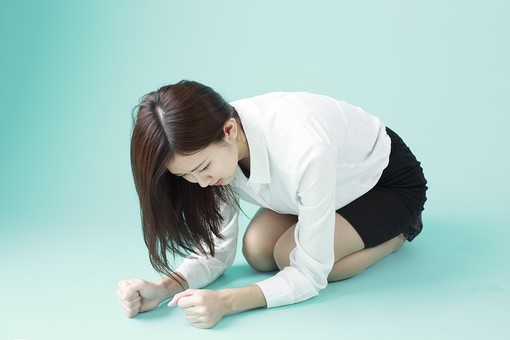 人物 日本人 女性 若者 若い   20代 かわいい 清楚 ロングヘア 長髪   ブラウス シャツ 白 屋内 スタジオ撮影   背景 緑 グリーンバック おすすめ ポーズ  表情 全身 座る 悔しい 口惜しい 残念 怒り 怒る ショック mdjf009