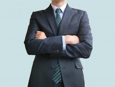 人物 日本人 男性 若い 若者 20代 20代 スーツ 就職活動 就活 就活生 社会人 ビジネス 新社会人 新入社員 フレッシュマン 面接 真面目 屋内 白バック 白背景 上半身 ビジネスマン ポイント 案内 説明 腕組み 断る 信用 信頼