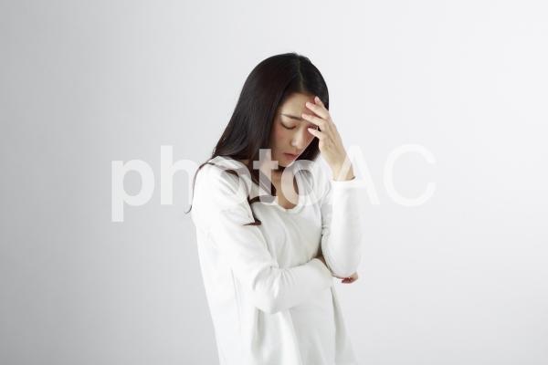 頭痛に悩む日本女性3の写真