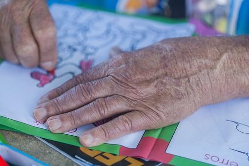 人物 老人 お年寄り 高齢者 シルバー  年老いた手 ハンドパーツ 手 指 ハンド  パーツ 手の表情 年老いた手 皺 しわ  シワ クローズアップ  お絵かき お絵描き ぬりえ 塗り絵 色を塗る 趣味 娯楽 リハビリ 訓練 手元 手先 指先