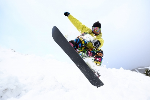 人物 日本人 男性 1人   若者 冬 雪 景色  風景 屋外 外 野外 雪景色  スポーツ レジャー ウィンタースポーツ スキー場 ゲレンデ  ウェア スノーボード スノボー すべる 滑る 斜面 空 躍動感 迫力 動き 瞬間 ダイナミック ローアングル mdjm012