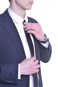 人物 生物 人間 男性 外国人 外国 若い 青年 仕事 ビジネス ビジネスマン 職業 スーツ フォーマル モデル イメージ ネクタイ ワイシャツ  サラリーマン 働く 会社員 出勤 準備 支度 身だしなみ ジャケット 袖 ボタン 腕 mdfm015