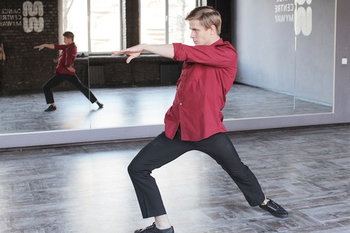 ダンス ダンサー ポーズ 体勢 姿勢 体位 ステップ 踊る 踊り 運動 スポーツ 振り付け 振付 振り 男性 男 外国人 全身 手 片手 腕 片腕 伸ばす 上げる 膝 片膝 曲げる 横顔 真剣 集中 背景 鏡 鏡張り ミラー スタジオ ダンススタジオ  mdfm074