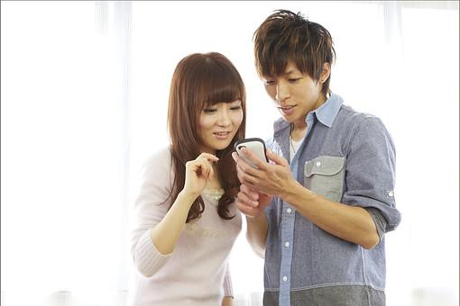 人物 カップル 恋人 若者 20代 夫婦 ファミリー 新婚 男性 女性 二人 携帯電話 スマホ スマートフォン ゲーム 遊ぶ 楽しむ 仲良し 一緒 笑顔 リビング 室内 カーテン 日差し 休日 休暇 若い 日本人 mdjm022 mdjf040