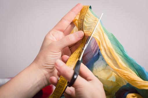ソーイング 縫い物 裁縫 洋裁 手芸  手仕事 裁縫道具 裁縫用品 アップ 素材  趣味 ハンドメイド ホビー 生活 暮らし  小物 手縫い ファッション 縫う 針仕事 手 手元 部分 はさみ ハサミ 鋏 メジャー 切る 計る 布