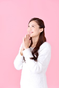 人物 女性 日本人 若者 若い  20代 美人 かわいい ロングヘア カジュアル  ラフ 私服 セーター ニット 屋内  スタジオ撮影 背景 ピンク ピンクバック ポーズ  おすすめ 上半身 横向き 見上げる うれしい 嬉しい 喜ぶ 希望 手を合わせる 笑顔 mdjf007