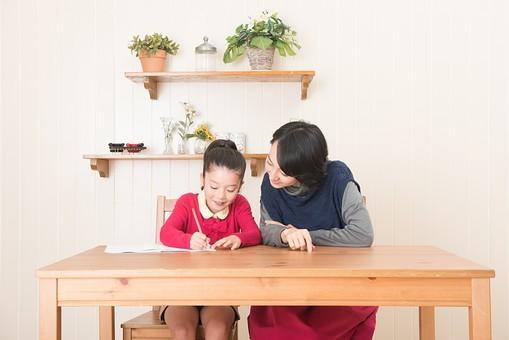 人物 日本人 家族 ファミリー 親子 母子 お母さん おかあさん ママ 子供 こども 娘 女の子 小学生 勉強 学習 教育 宿題 家庭学習 部屋 リビング テーブル 見守る 教える 指導 笑顔 優しい  コミュニケーション mdjf017 mdfk014