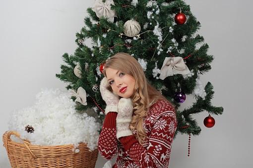 白バック 白背景 グレーバック 外国人 白人 金髪 ブロンド 20代 30代 女性 セーター ニット ノルディック柄 スカート クリスマス Christmas X'mas クリスマスツリー ツリー モミ もみの木 樅の木 モミの木 飾り オーナメント ボール リボン ブーツ 松ぼっくり 座る バストショット バストアップショット 上半身 ポーズ 手袋 ミトン 笑顔 スマイル 笑う 微笑む 籠 かご バスケット 綿 雪 カメラ目線 mdff129