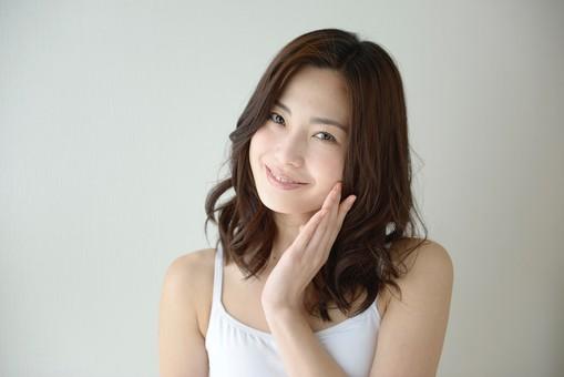 日本人 女性 女 30代 アラサー ライフスタイル 部屋 ベッドルーム 寝室 室内 ポーズ キャミ キャミソール 部屋着 ナチュラル ミディアムヘア スキンケア ケア 肌 素肌 美肌 美容  メイク 化粧 チェック 顔色 すっぴん スッピン 仕草 笑顔 スマイル  背景 グレー グレーバック mdjf013
